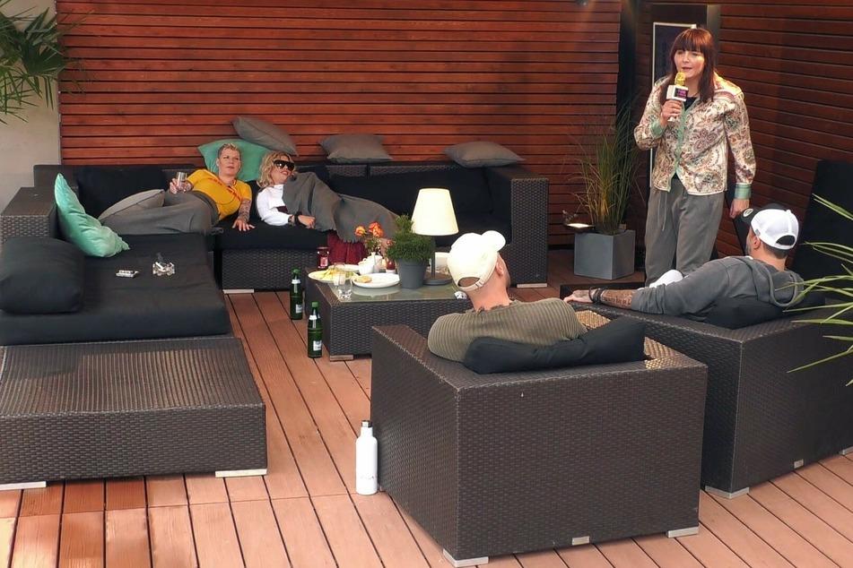 """""""Manchmal ist TV einfach nur Kot"""", rappt Helena Fürst (46, r.) vier anderen geschockten und like-hungrigen Mitinsassen."""