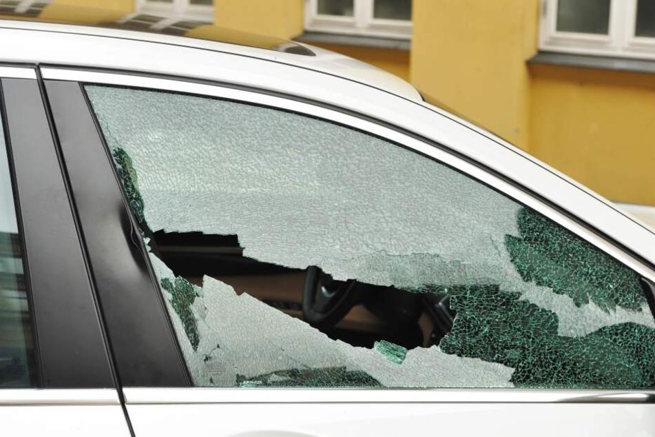 In Chemnitz schlugen Unbekannte an einem Tag gleich zweimal Autoscheiben ein und stahlen mehrere Wertgegenstände (Symbolbild).