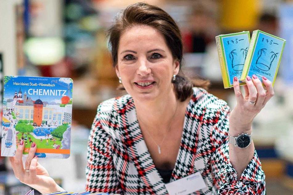 Vom Städtequiz bis zum Wimmelbuch: Katja Fischer hat bei Thalia die große Chemnitz-Auswahl.