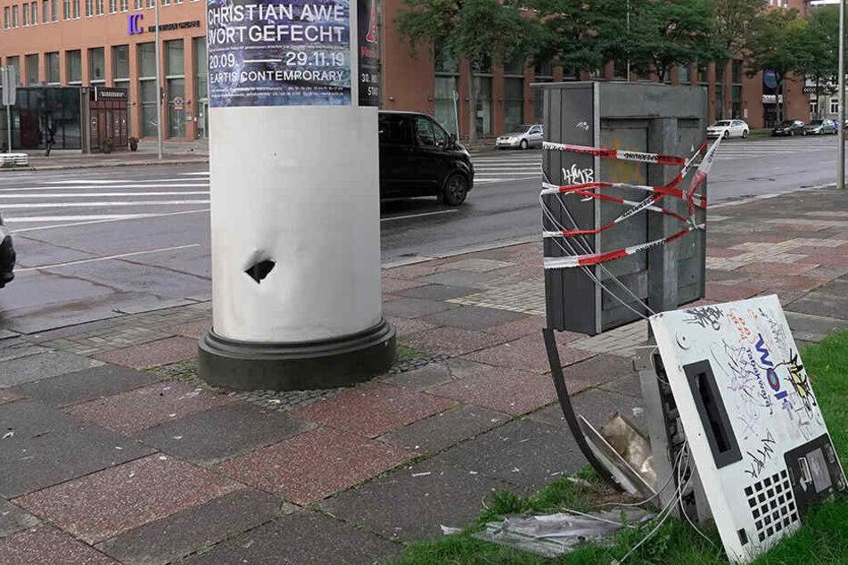 Lauter Knall mitten in der City: Automat gesprengt, Litfassäule beschädigt