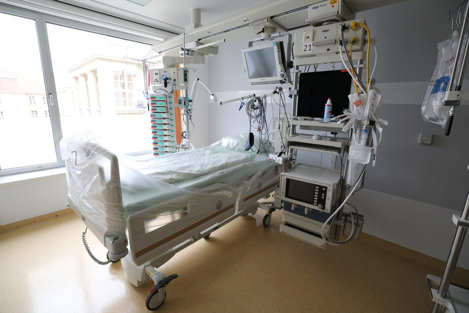 """Dem Facharzt zufolge sollen Intensivbetten """"vom Bestand her reichen"""". Gleichzeitig gesteht auch er ein, dass langfristige Operationen mitunter verschoben werden können."""