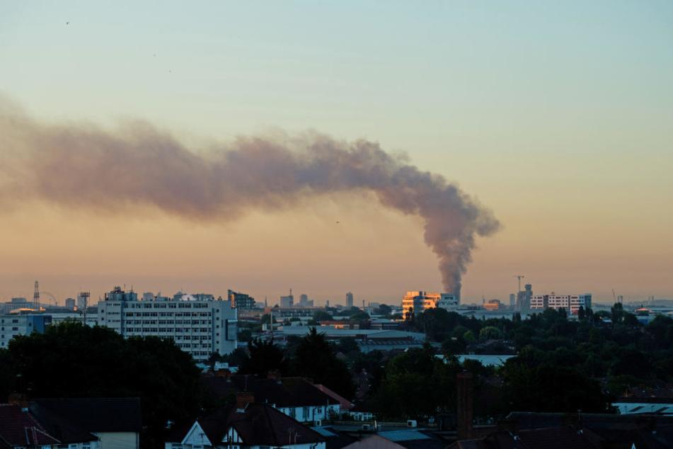 Rauch über London: Am frühen Mittwochmorgen brannte ein Hochhaus in der britischen Hauptstadt.