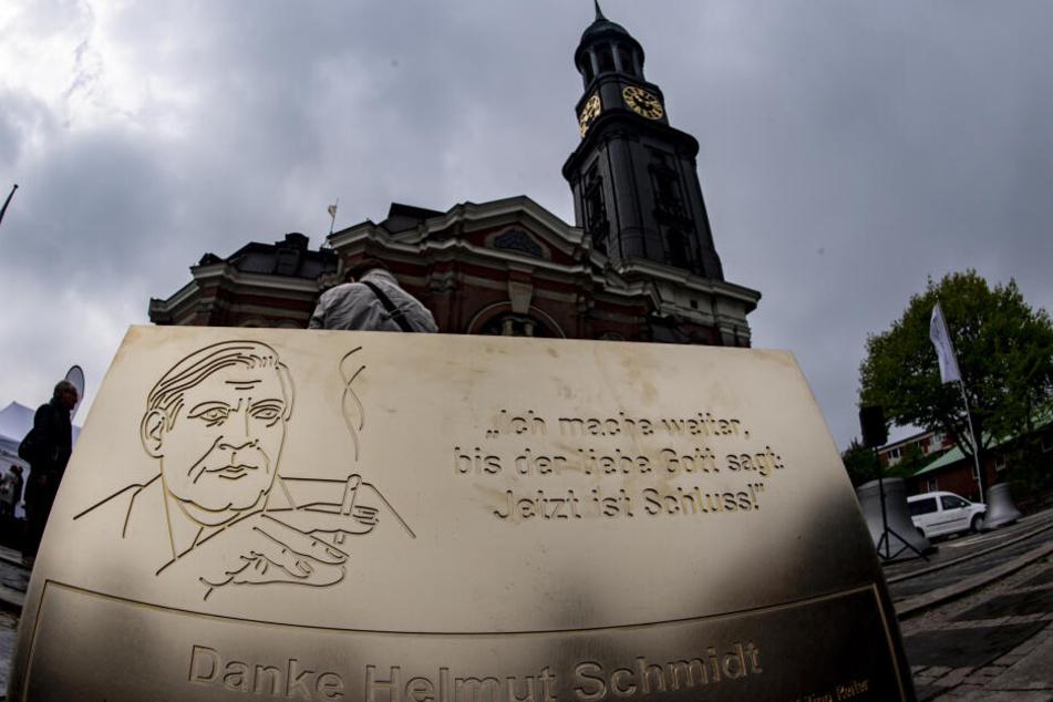 Auf dem Platz vor der Michaeliskirche steht eine Tafel für Helmut Schmidt.