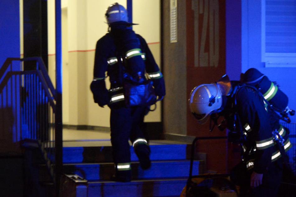 Die Feuerwehr belüftete das verrauchte Mehrfamilienhaus.