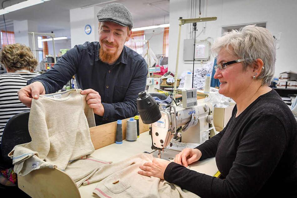 Norman Schirmer (40) prüft mit U&N-Konfektionsleiterin Birgit Kolleck (55) die Qualität der neuen Kinderkollektion aus Hanf.