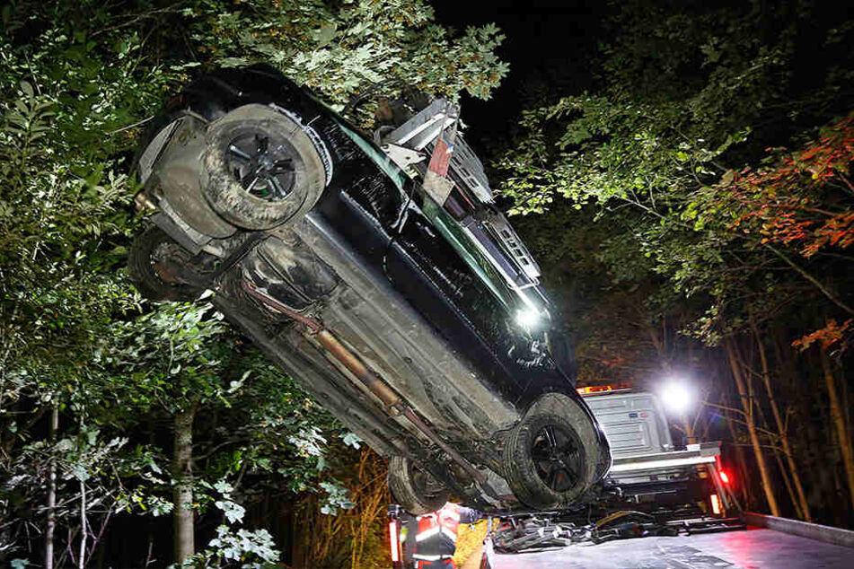 Der Opel überschlug sich, nachdem er an einen großen Stein prallte.