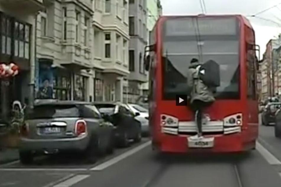 Die gefährliche Aktion des jungen Mannes ist auf einem Polizei-Video zu sehen.