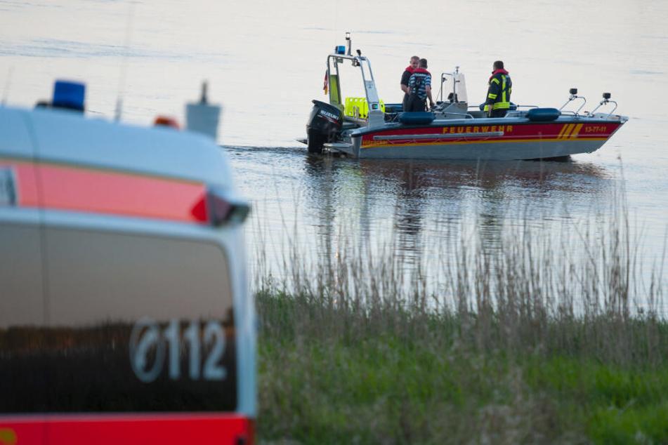 Ein Boot der Feuerwehr fährt auf der Elbe. (Archivbild)