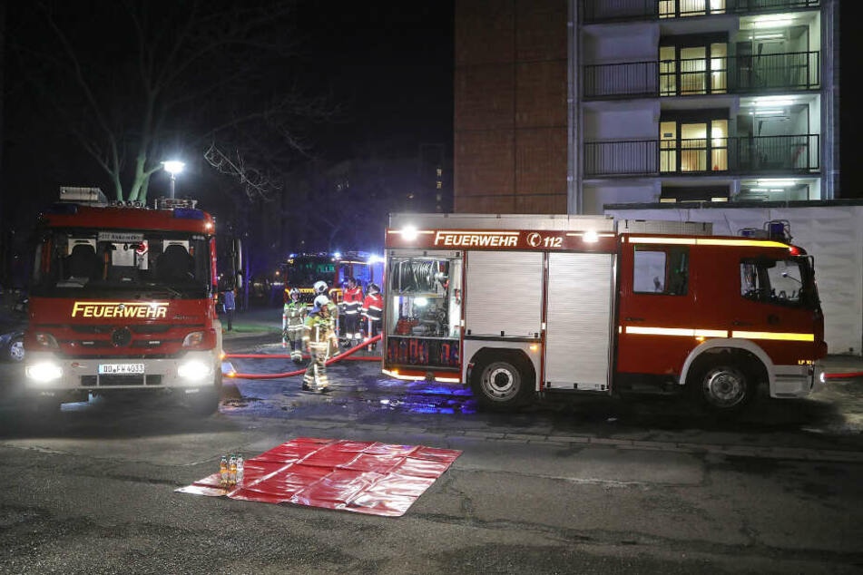 Die Feuerwehr löscht einen Wohnungsbrand auf der Gamigstraße.