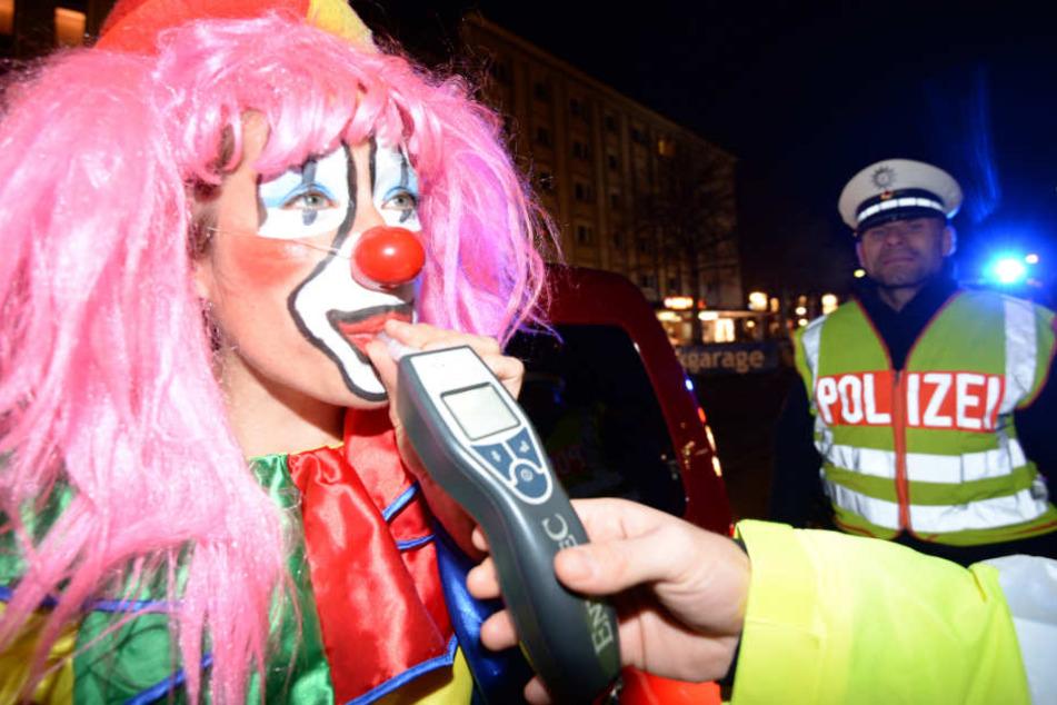 Bei den kalten Temperaturen hielten sich die Karnevalisten mit Alkohol warm.