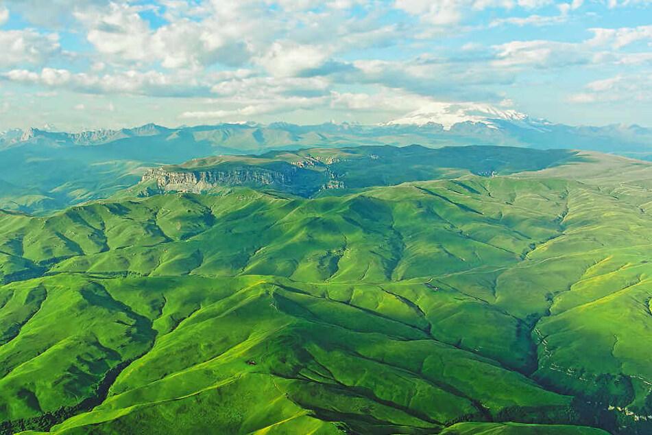 Die endlosen grünen Weiten des Kaukasus aus der Vogelperspektive.