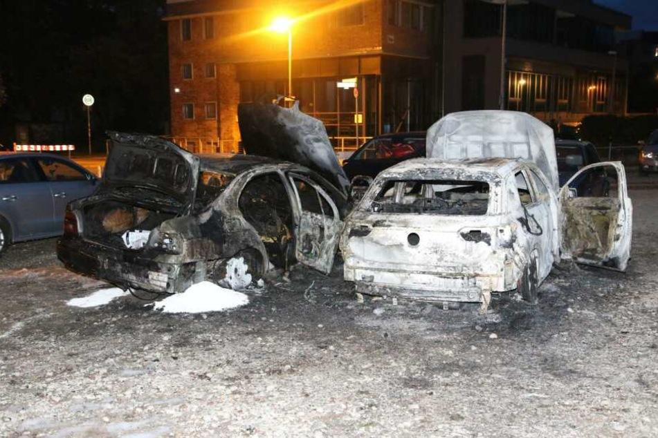 In Berlin-Mitte standen in der Nacht zu Montag fünf Autos in Flammen.