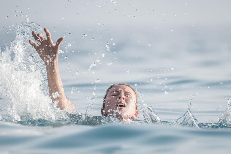 Weil sich die Fahrertür nicht öffnen ließ, stieg die Frau über die Beifahrertür aus und landete im Wasser (Symbolbild).