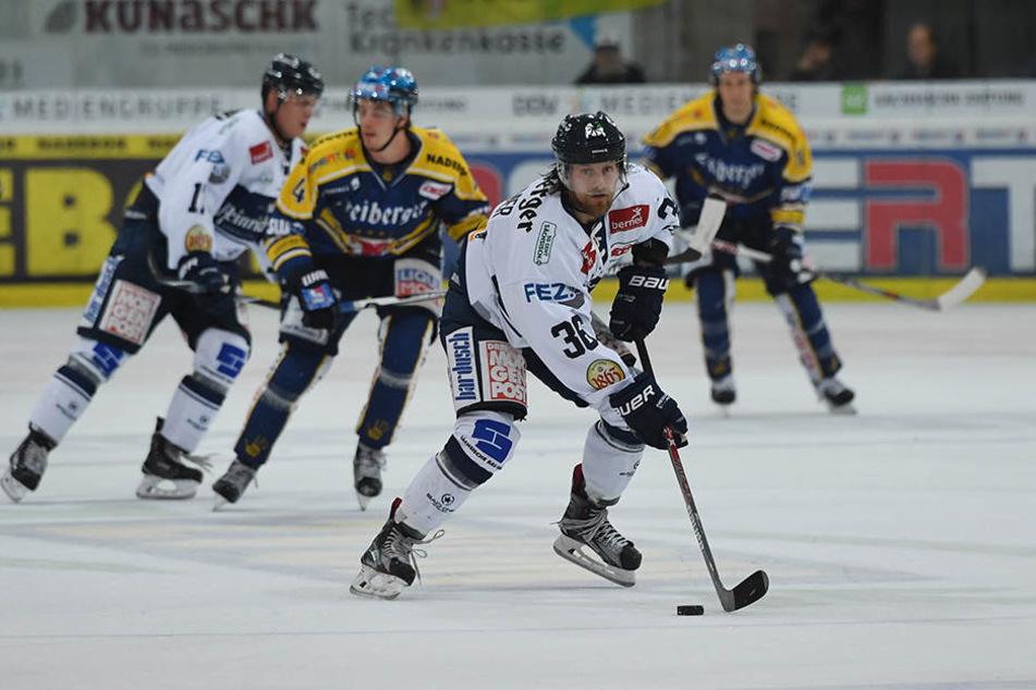 René Kramer (M.) glaubt an die Stärke seines Teams. Der Eislöwen-Verteidiger muss als Führungsspieler dafür jetzt aber auch seinen Beitrag leisten.