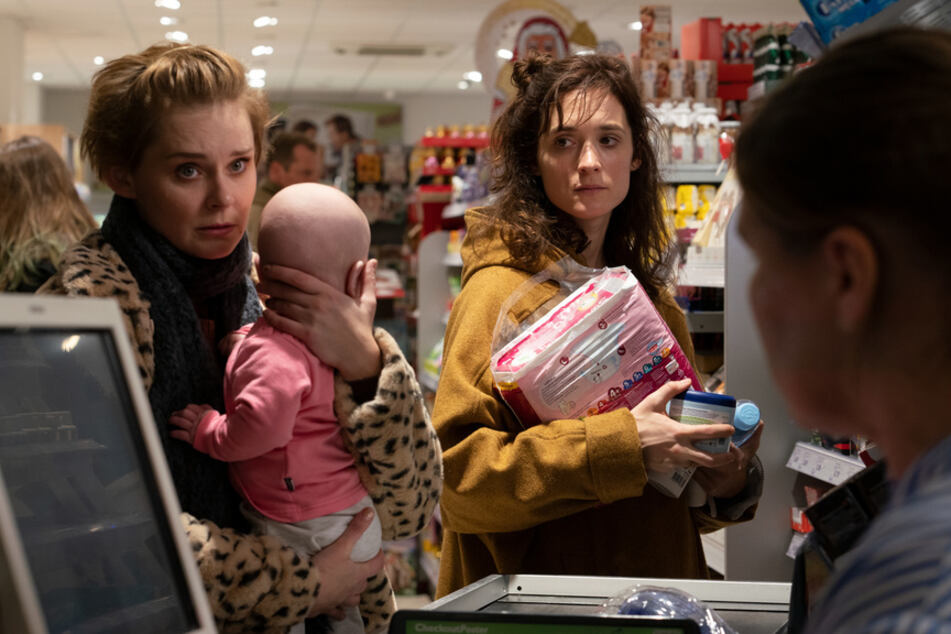 Fataler Zufall: Eva (Friederike Becht, r.) beobachtet im Supermarkt die überforderte junge Mutter Stefanie Wolpert (Nadja Bobyleva, 37, l.).
