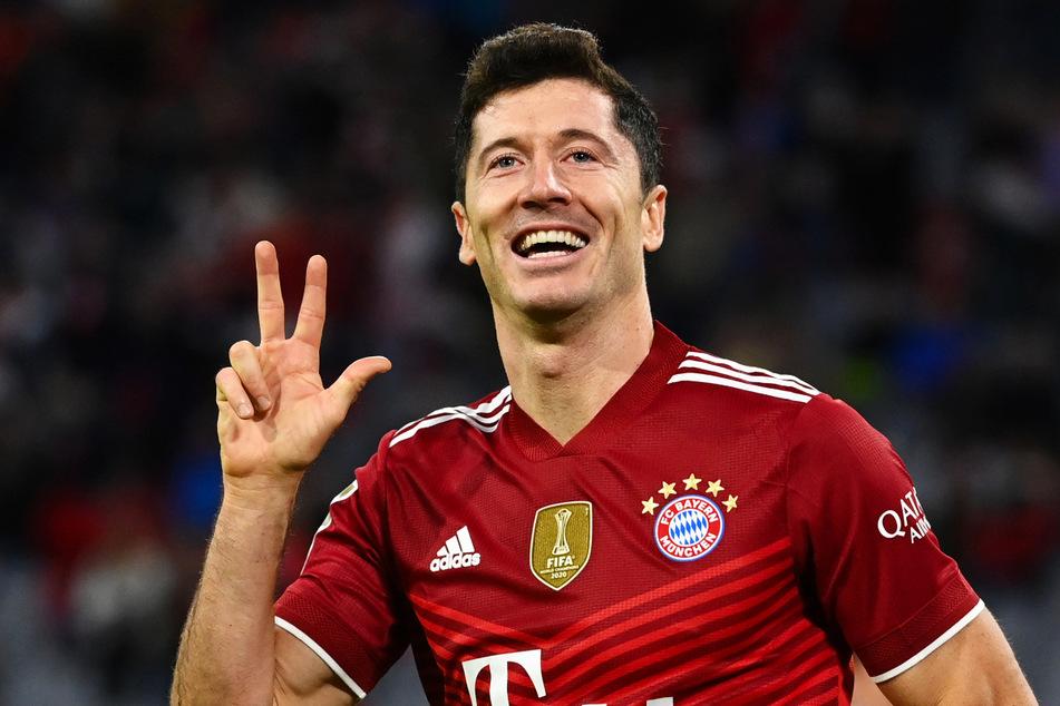Er zeigt es an: Robert Lewandowski schnürte für den FC Bayern einen Dreierpack.