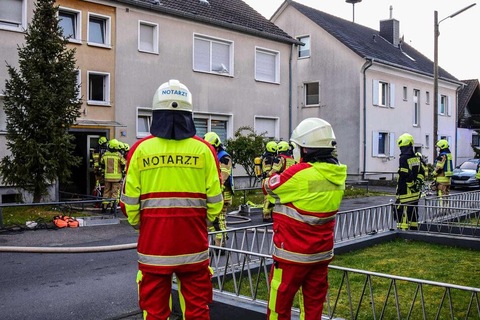 In Bornheim (Rhein-Sieg-Kreis) haben Feuerwehrleute nach einem Wohnungsbrand in einem Mehrfamilienhaus am Samstagmorgen einen Toten entdeckt.