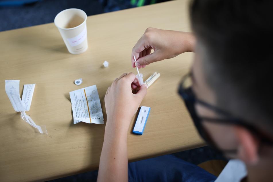 Ein Schüler macht einen Corona-Test. (Symbolfoto)