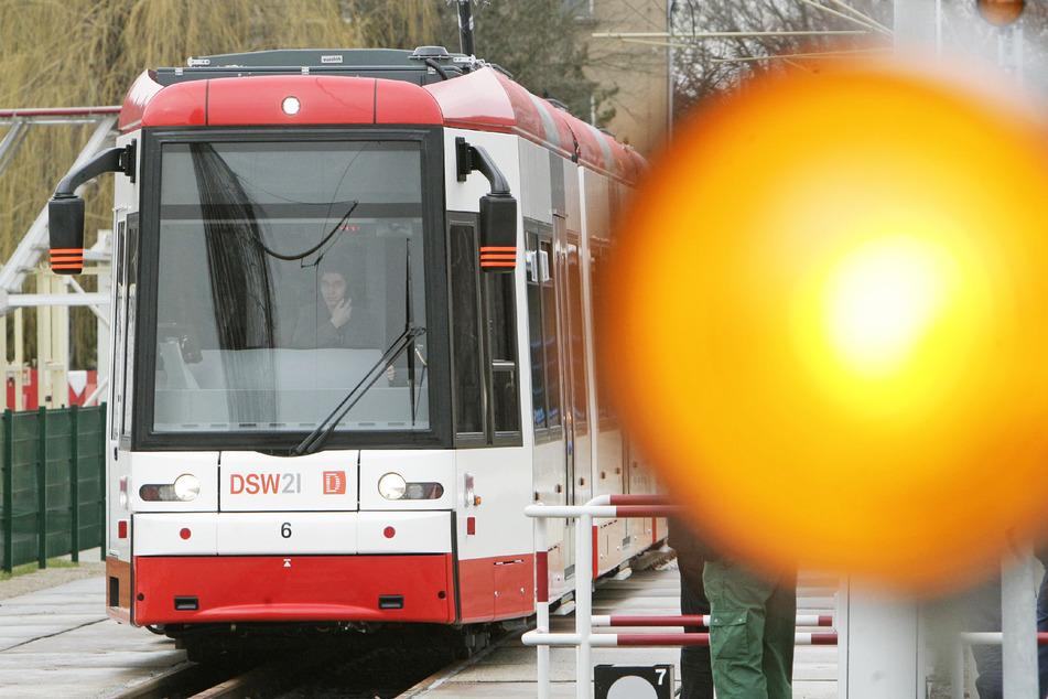 Eine Dortmunder Straßenbahn steht auf einer Teststrecke von Fahrzeugbauer Bombardier.