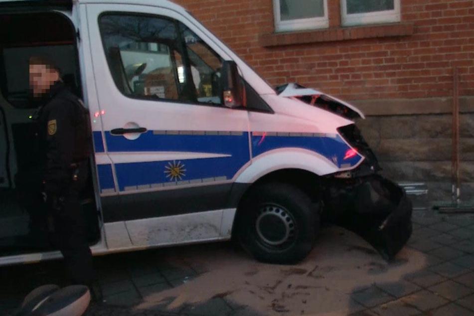 Auch ein Fahrzeug der Polizei wurde bei der Verfolgungsjagd beschädigt.