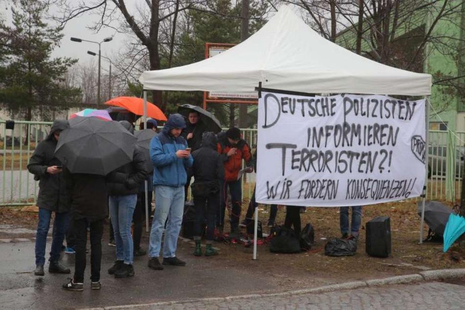 Vor dem Gerichtsgebäude formiert sich Protest gegen die Terror-Gruppe Freital.