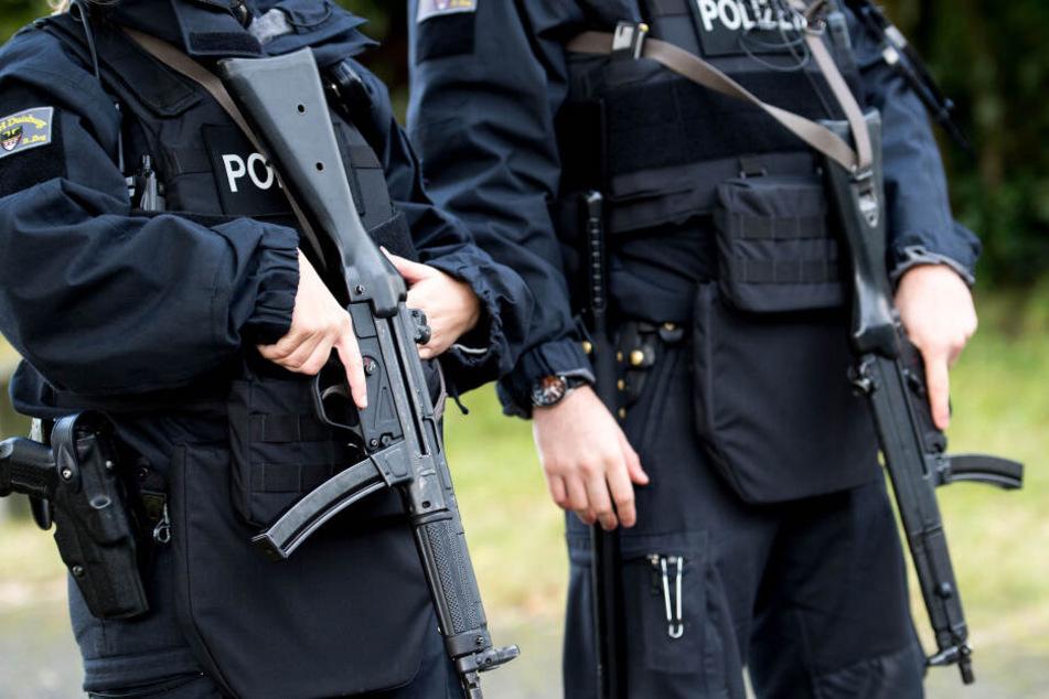 Polizisten mit Maschinenpistolen. (Symbolbild)