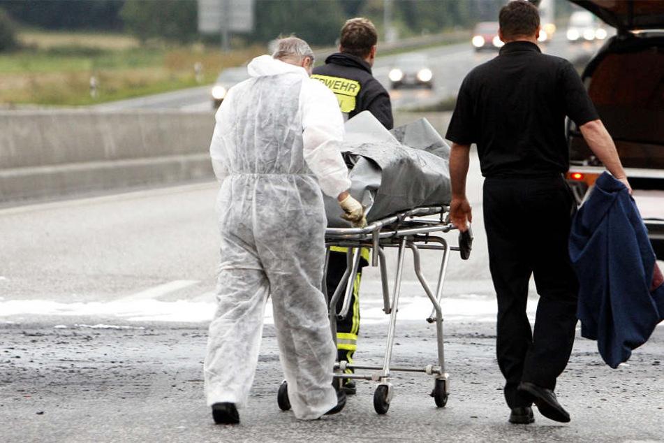 Fünf Menschen tot! Raser baut Unfall und fährt weiter
