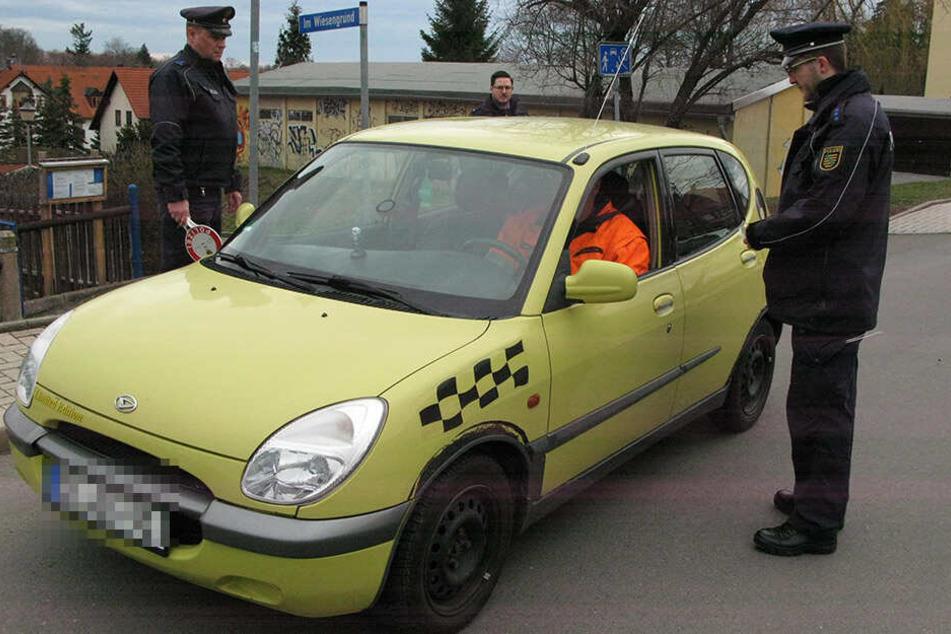 Damit Eltern ihre Kinder nicht bis vor die Schule fahren, kontrollierte die Polizei in Meerane einige Zufahrtsstraßen.