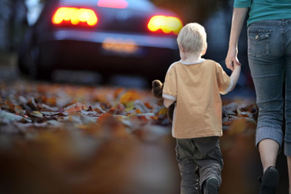 Frau fährt Jungen (4) an, bemerkt es und fährt dann einfach weiter