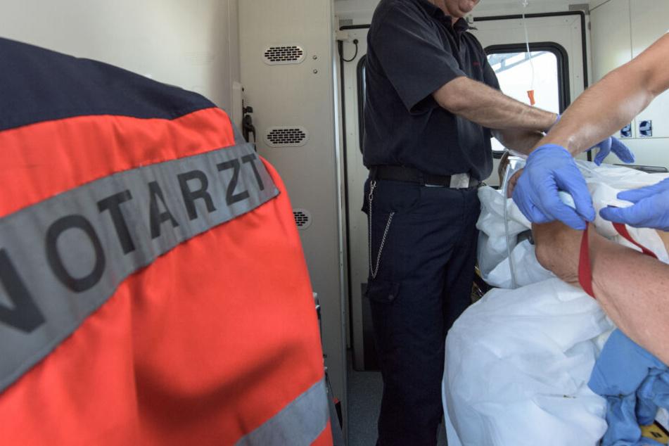 Ein Notarzt stellte starke Verbrennungen am Körper der Frau fest. (Symbolbild)