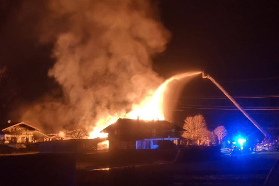 Millionenschaden: Zimmerei steht lichterloh in Flammen!