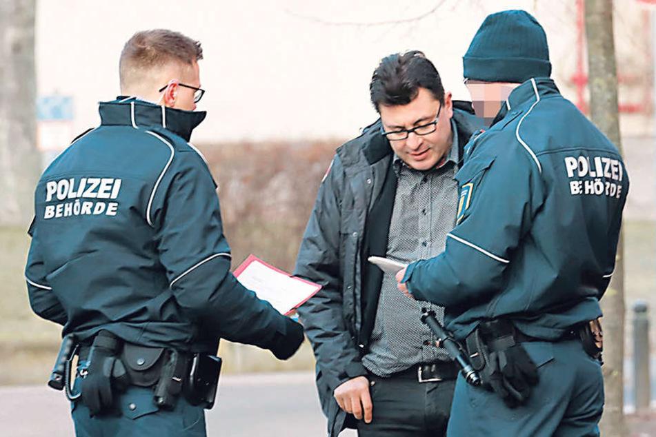 Christian Weise (49) wurde schon vorm Gericht abgefangen und bekam Mahnschreiben der Stadt Chemnitz übergeben.