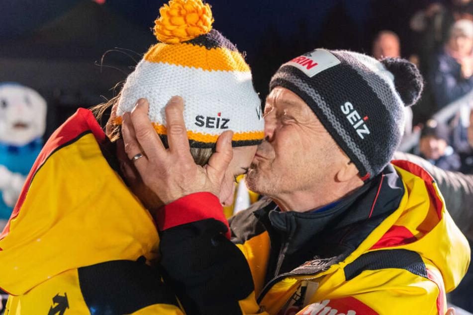 Gerd Leopold (r.) gab Kim Kalicki einen dicken Kuss nach dem vierten Lauf auf die Stirn. Er war sichtlich stolz, wie die 22-Jährige Silber gewann.