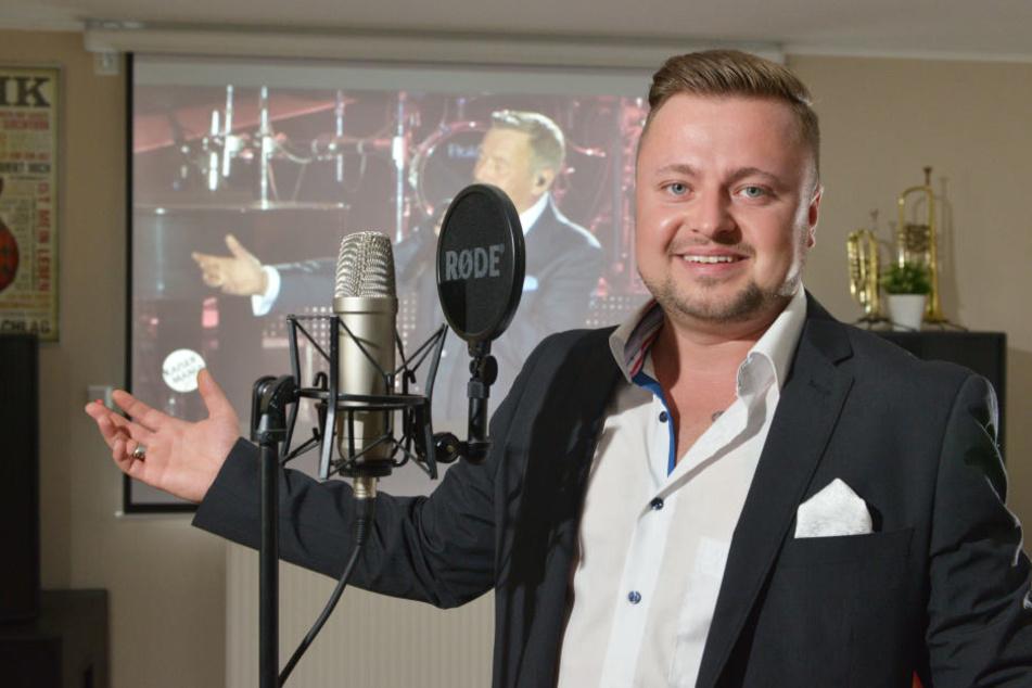 """Kein Double, findet aber die """"Kaiser""""-Texte gut: Sänger Martin Fischer (32) alias """"Robert König"""" in seinem Studio."""