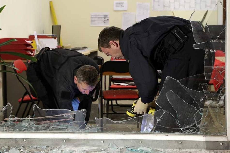Ermittler bei der Spurensicherung nach einem Anschlag auf ein Linken-Büro in Freital.