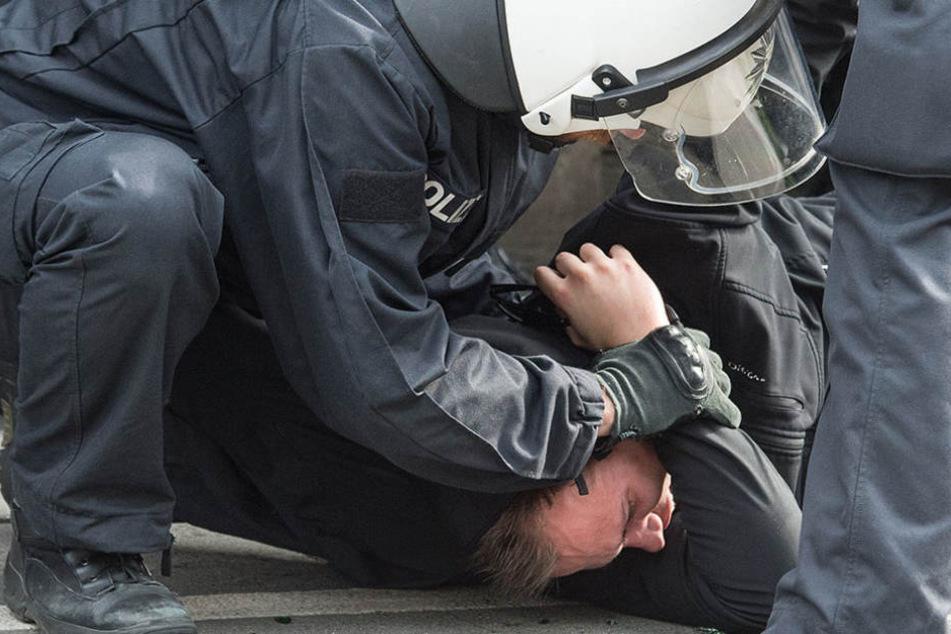 Noch vor dem Spiel wurden rund 80 Dynamo-Fans von der Polizei abtransportiert. (Symbolbild)