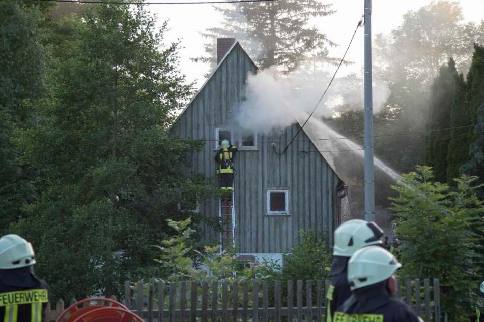 Großeinsatz der Feuerwehr: Brand im Dachstuhl eines Wohnhauses