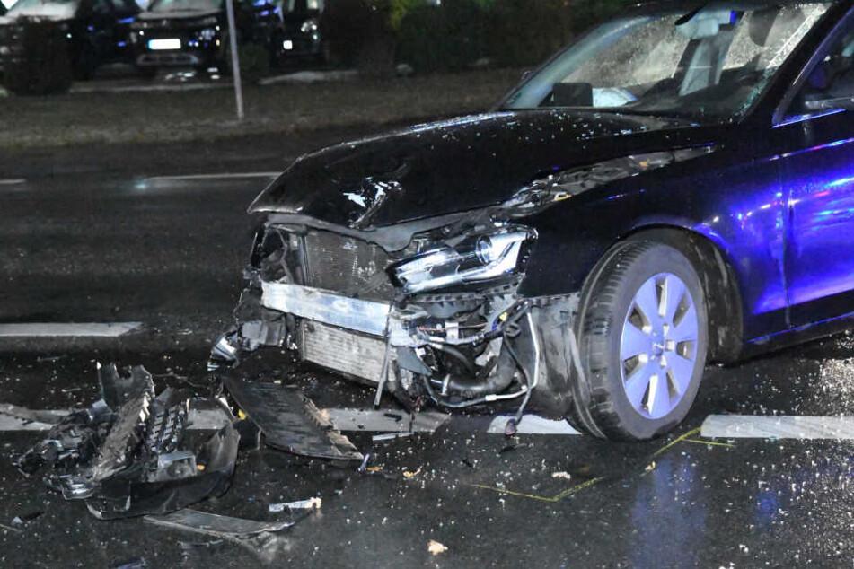 Die Frontschürze des Audis riss komplett ab.