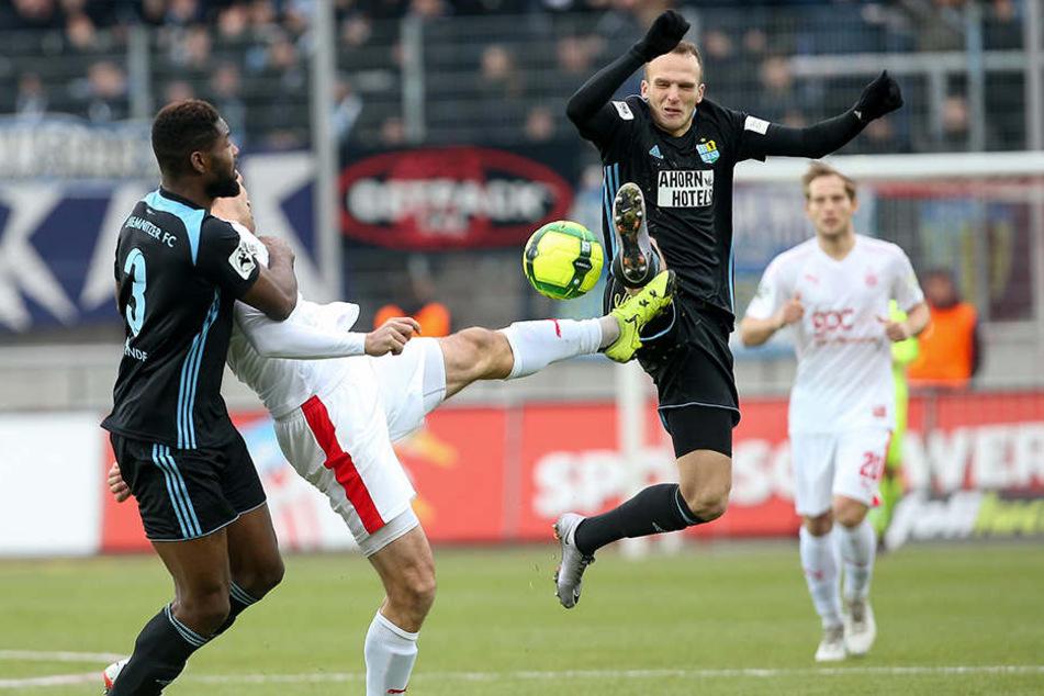 Beide Mannschaften zeigten vollen Körpereinsatz im Westsachsen-Derby.