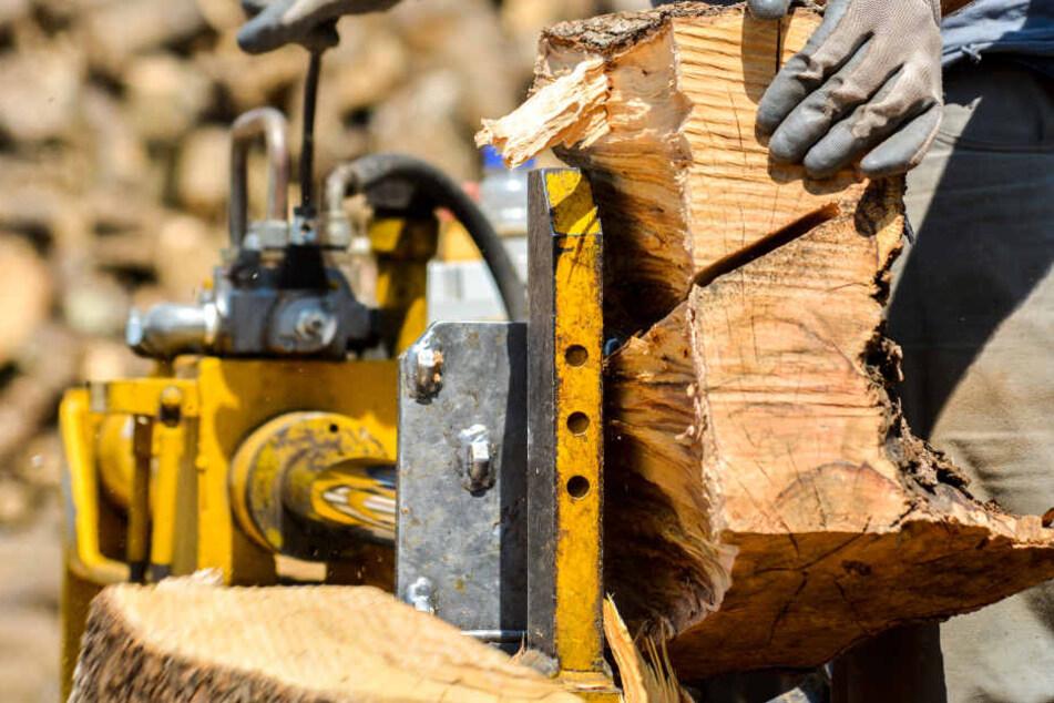 Als ein Stück Holz stecken blieb, griff der Mann in die Maschine. (Symbolbild)