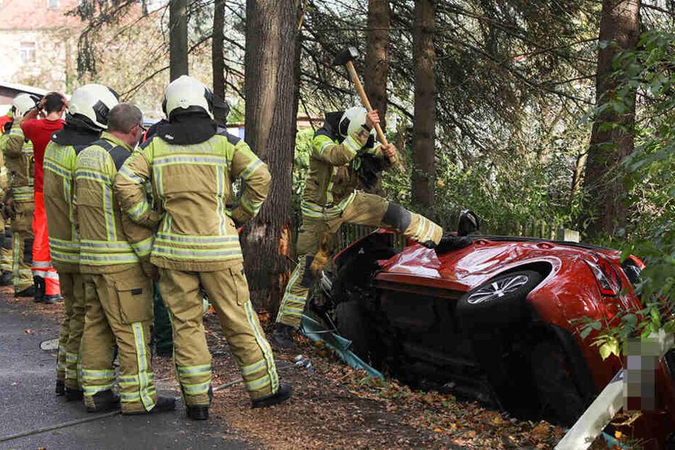 Heftiger Unfall in Dresden: Peugeot landet in Straßengraben