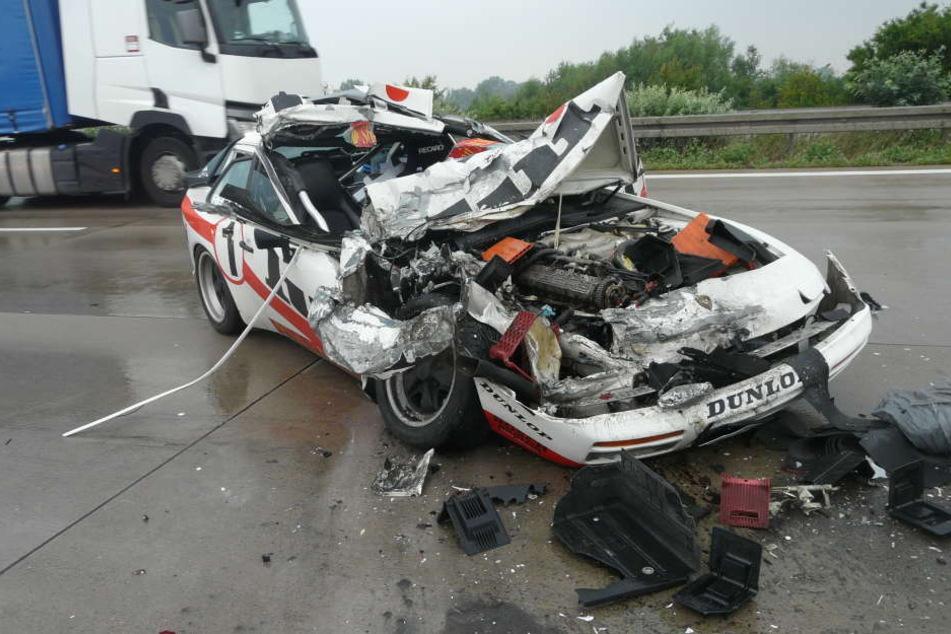 Der Porsche wurde bei dem heftigen Unfall zerstört, die Fahrerin (53) aber nur leicht verletzt.