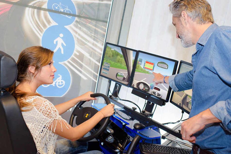 Vor der ersten Fahrt im Auto mal einen Fahrsimulator zu benutzen kann von Vorteil sein. (Symbolbild)