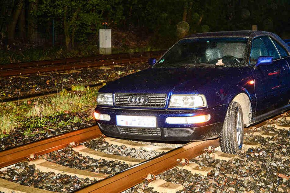 Betrunkene Cabrio-Fahrerin verwechselt Bahngleise mit Straße