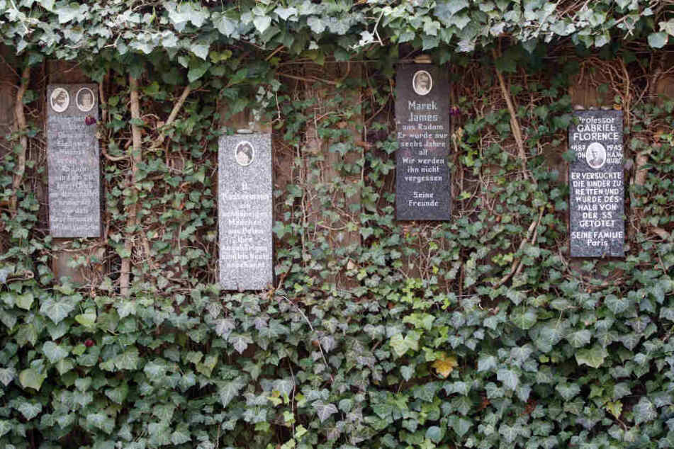 Gedenksteine hängen im Rosengarten der Gedenkstätte Bullenhuser Damm, der hinter einer ehemaligen Schule am Bullenhuser Damm in Hamburg liegt. Nur wenige Tage vor der Befreiung Hamburgs durch britische Truppen ermordeten SS-Leute in der Schule Kinder im A