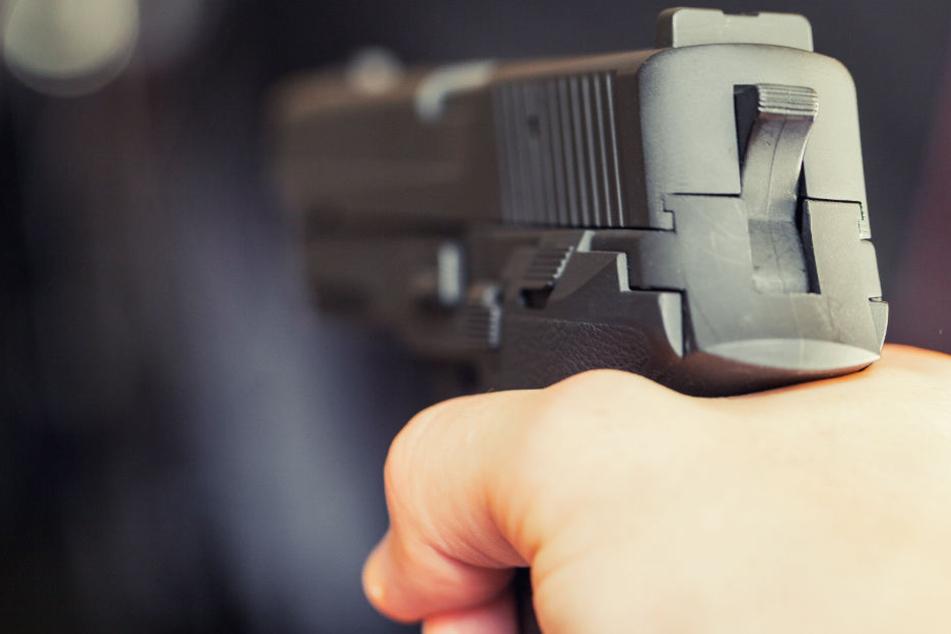Der Mann zückt plötzlich seine Waffe und schießt. (Symbolbild)