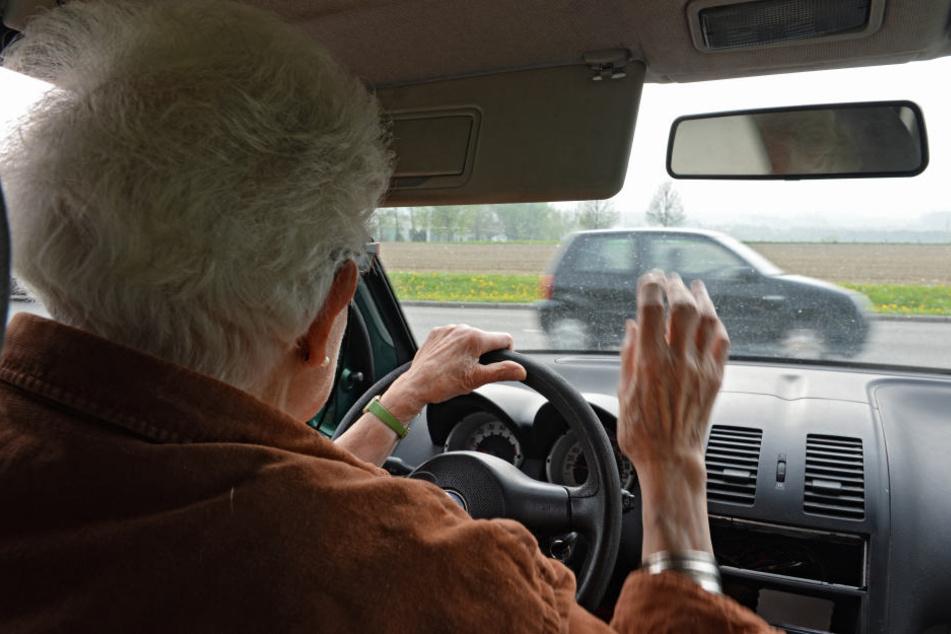 Hausärzte sollen einen Leitfaden erhalten, der helfen soll, Patienten schon vor einer Demenz mit dem Thema Autofahren zu konfrontieren.