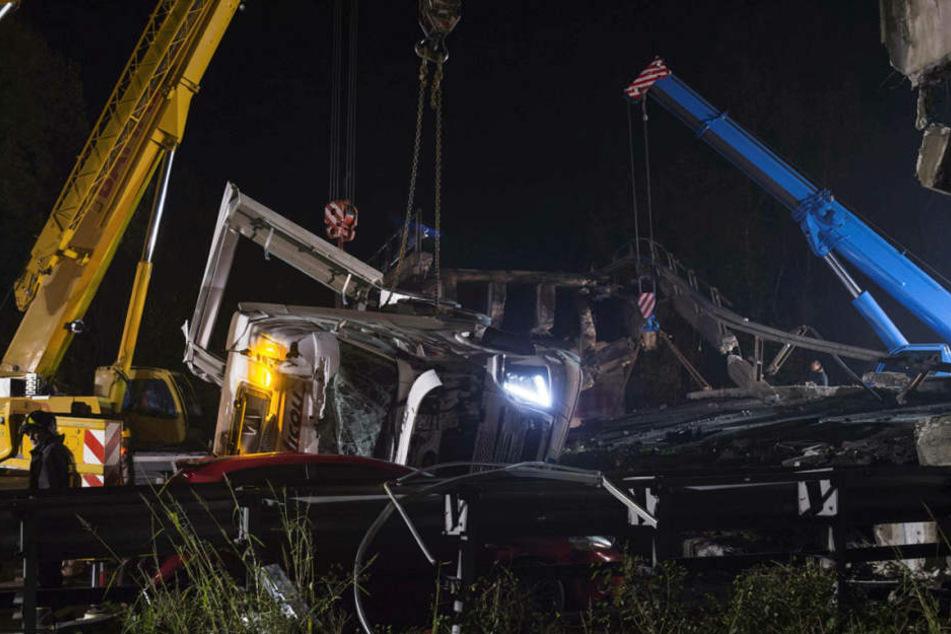 Nach dem Einsturz einer Überführung in Norditalien ist die Zahl der Opfer und der verschütteten Autos noch unklar.