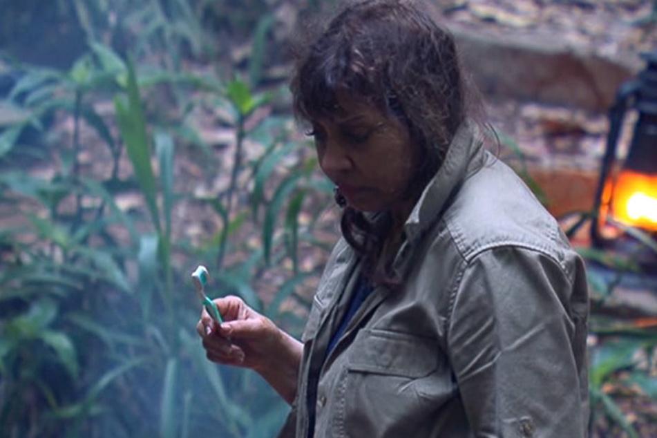 Hier erkennen wir die Älteste: die LEIDER auch zur nächsten Dschungelprüfung gesperrte Polka-Sängerin Tina York.