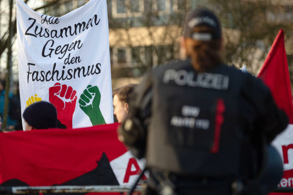 """Teilnehmer einer Demonstration gegen den AfD-Sonderparteitag halten ein Transparent mit der Aufschrift """"Alle Zusammen Gegen den Faschismus""""."""